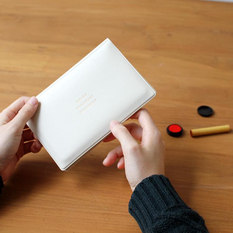 好みのカラーで定番の持ち物を統一、使い心地にもこだわったプロダクト、CLASSIC SERIESの通帳ケース