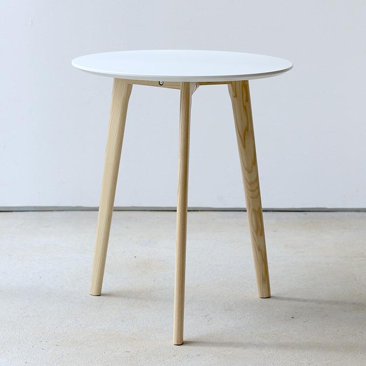 一人暮らしのお部屋にもぴったりのコンパクトなカフェテーブル