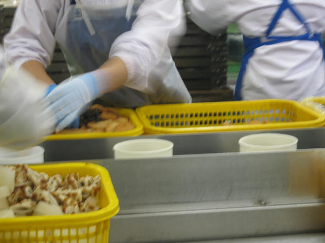 VACEL (バセル) 鶏砂肝角切りレトルト 50g - レトルトができるまで 1. 原料を計量します。