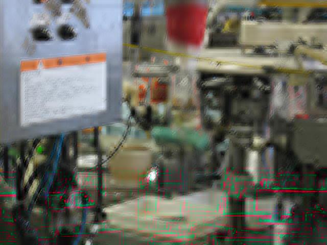 VACEL (バセル) 鶏砂肝角切りレトルト 50g - レトルトができるまで 2. 機械を通してレトルトパウチに充填します。