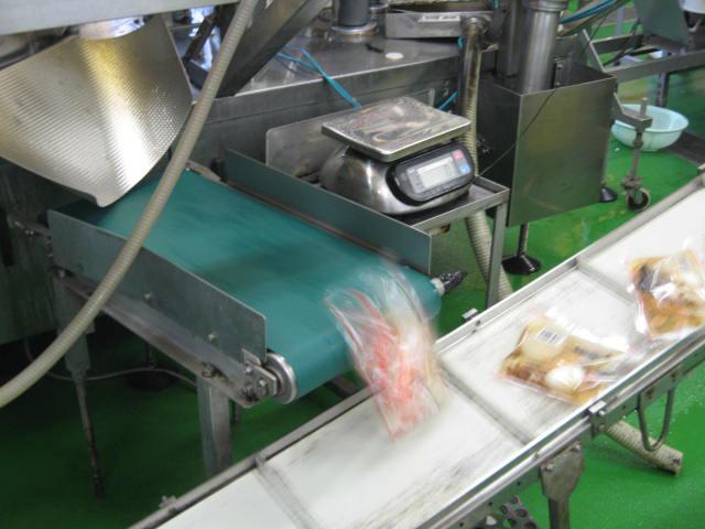 VACEL (バセル) 鶏砂肝角切りレトルト 50g - 4. 密封されたレトルトパウチはベルトコンベアで次々と送られます。