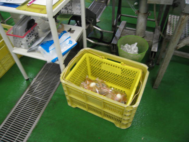 VACEL (バセル) 鶏砂肝角切りレトルト 50g - 5. 充填室から送られてきたレトルトパウチは、X線を通して異物が混入していないか厳しくチェックされます。