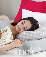 ベッドで横になって読書しやすいクッション枕 HONTO