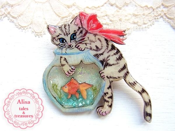 Alisa tales & treasures 猫の金魚泥棒ブローチ