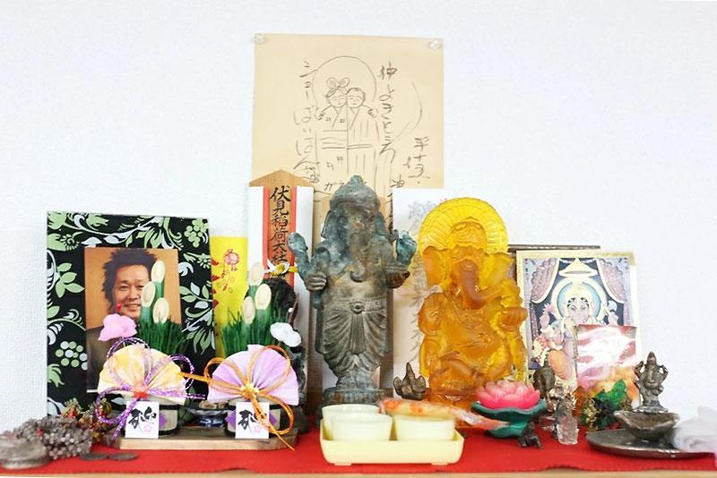 ガネーシャと忌野清志郎を祀る事務所の神棚