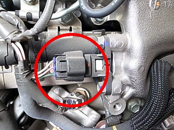 助手席シート下の○印の箇所にカプラー接続するのみ。