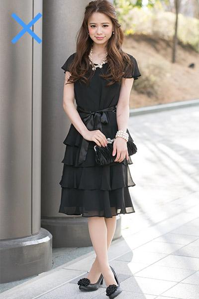 お葬式を連想させる黒いドレスは避けましょう。もし着用するのであれば、アクセサリーやカバンなどで華やかさを出すように心がけましょう。せっかくお祝いの席に出席