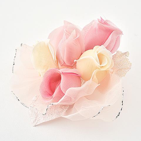 華やかさを引き立たせますたっぷりバラのエレガントコサージュ
