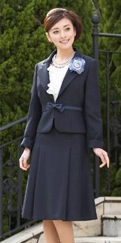 ラメツイルスーツとラッフルブラウスの3点スーツ