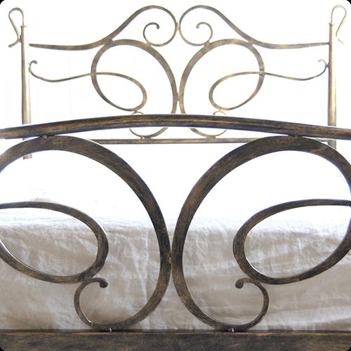 パイプベッドのようなお洒落な装飾が付いているベッドフレーム