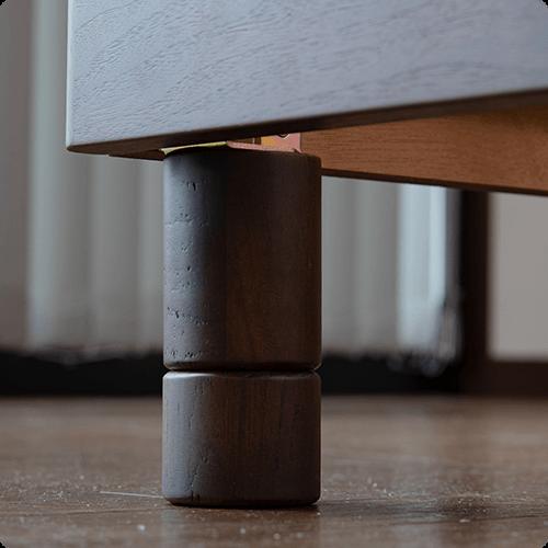 付属の脚の付け外しで高さ調整のできるベッドフレームのアップ