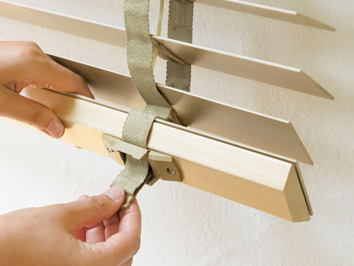 ラダーテープは下部を両手で引いて調節。