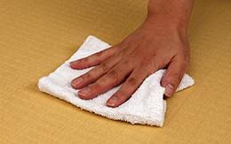 固く絞ったタオルで拭き取る