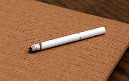 たばこの焼け焦げ