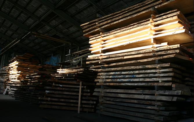 丸太の状態からテーブルの材料として使えるまでの時間は、40mm程度の厚みの板でも最低で4年かかります