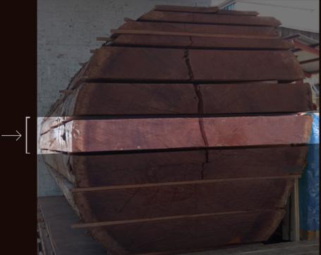 一本の丸太から1枚か2枚しか取れない希少な部位から作られる天板です
