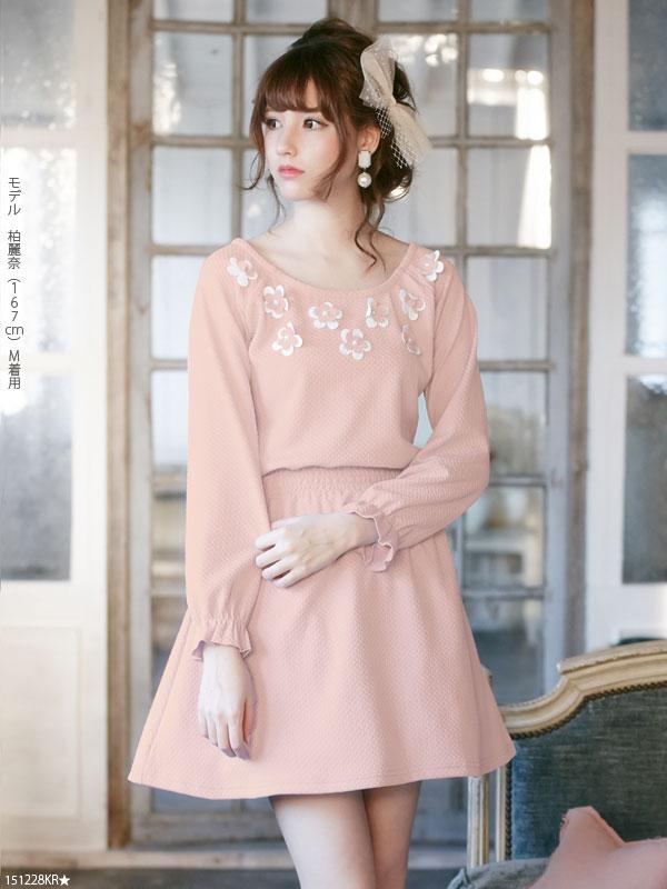 襟ぐり花カッティングモチーフ飾りフレアミニ長袖ワンピース