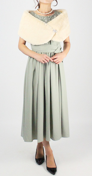 ペールトーンのドレスとフェイクファーの寒い季節に暖かみのあるコーディネートで。