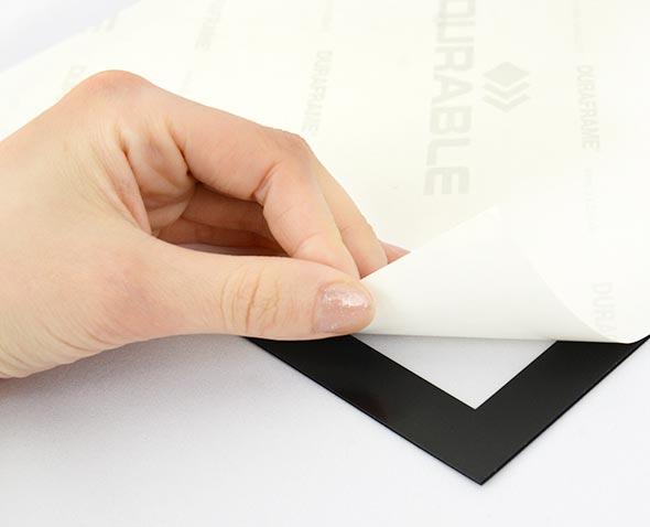 裏面の紙を剥がして壁などに接着
