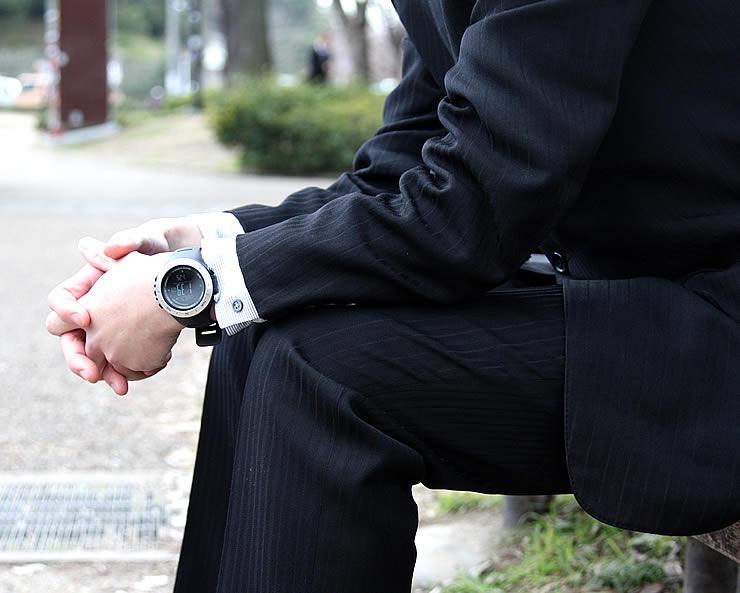 アウトドアウォッチ メンズ 男性 着用イメージ スーツ ビジネス