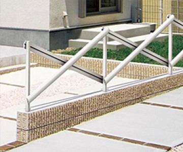 ビクロスフェンス 柱と格子を組み合わせて自由につくる新しい「デザインフェンス」。柱と横格子の組み合わせで、 自由にデザインできるのが「ビクロスフェンス」です。