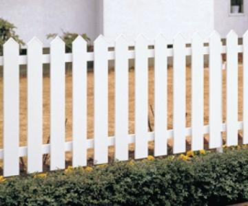 アメリカンフェンス1型 緑の芝生、赤くペイントされたガーデングッズなど、ビビッドなカラーを中心にしたアメリカンカントリースタイルやカナディアンスタイルにぴったりなフェンスです。アイポリーホワイトでペイントされた長く続く柵が、スタイルを引き締めるポイントです。