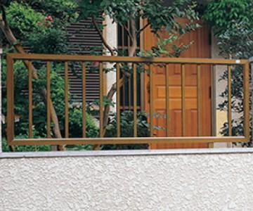 アルミエリス アルミエリスはブロック塀など、塀の一部に設置するブロックフェンスです。敷地を塀でしっかり囲む場合でも、部分的にフェンスを入れることで、門扉とコーディネートしたり、採風や採光の機能をもたせることができます。