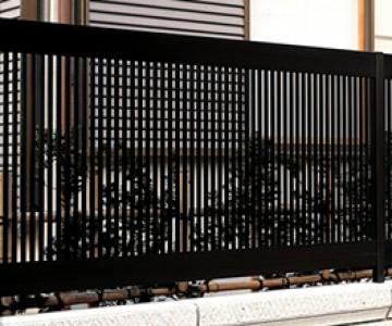 アルクラウンフェンス1型 力強い縦格子がどっしりとした上下桟を支えた重厚感のあるデザイン。和風住宅からコンテンポラリー住宅にもマッチする高級アルミ形材フェンス。