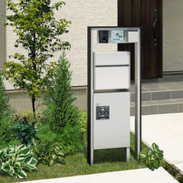三協アルミ フレムス 大型郵便や宅配便に対応した新スタイル。宅配ボックス付きでもポール全体が軽快に見えるように配慮したデザインも魅力です。一般家庭へのメール便や宅配便などの増加に対応する、大型郵便対応機能ポール。環境保全に配慮した電気自動車の充電用コンセントの取り付けにも対応できます。