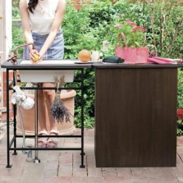 ガーデンシンク 庭に置いて水仕事ができる「ガーデンシンク」。ひとつあれば、ちょっとしたものを水洗いできるので便利です。