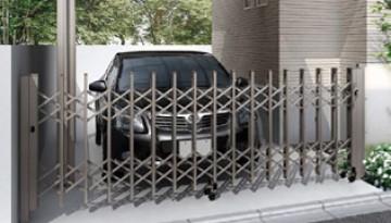 伸縮門扉 一般的なジャバラタイプと、デザインを重視した折戸タイプがあり、車庫前ゲートや玄関前にもおすすめ。