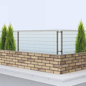 メッシュフェンス イーネットシンプルなデザインのスチール製のメッシュタイプ。フェンスは傾斜地用もラインアップ。シンプルなメッシュタイプのスチール製品です。門扉とフェンスを組合せて、一体感のある施工が可能。フェンスの柱は、錆に強いアルミ製と強度のあるスチール製からえらぶことができます。