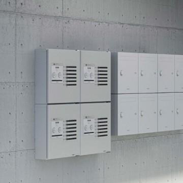 Panasonic 集合住宅用宅配ボックス コンボ-メゾン 複数の入居者が共有で使える。アパート対応の屋外用宅配ボックスが新登場。1台で複数の入居者に対応入居者ごとに暗証番号を設定できるので、個別に荷物を取り出すことができます。※4世帯の入居者様には2台以上の設置がおすすめです。