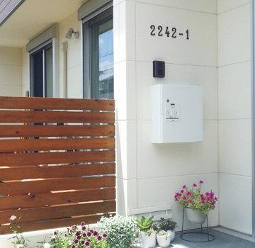 Panasonic 戸建住宅用宅配ポスト コンボ-エフ サインポストと宅配ボックスの2つの機能を、スタイリッシュなデザインに納めました。