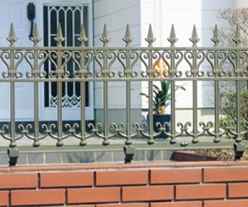 アルミ鋳物フェンスシリーズ(エレナ・カーション) あるときは重厚に、あるときは優雅に。ディテールにこだわった装飾性の高いデザインをそろえました。ヨーロピアンスタイルの鋳物門扉とのコーディネートがお勧めです。