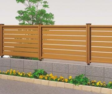 木樹脂フェンス 自然木の持つ味わいを満喫させる木樹脂フェンス。豊富なデザインバリエーションを取り揃えています。