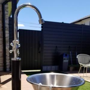 ガーデンシンク フィーノ ユニソン|水栓柱菜園シーンを楽しく、エレガントに彩る立水栓。子どもにも使いやすい高さになっているため、親子で使っていただけるガーデンシンク。上部蛇口の吐水パイプが360°回転するため、設置場所を選びません。