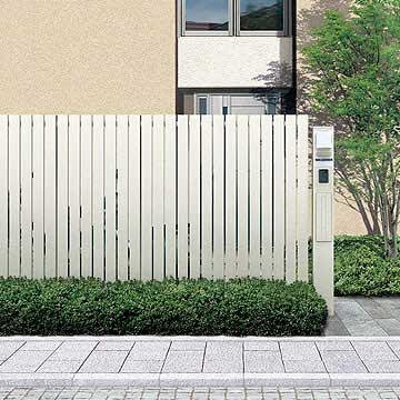 リレーリア シリーズ 設置場所や空間プランに合せて、洗練された豊富なデザインをラインアップ。洗練されたデザインの壁面材によるフェンスが、上質なファサード空間をつくり出します。カーポートやエントランスなどにも活用することで、建物全体に連続性のある美しさを醸し出すこともできます。