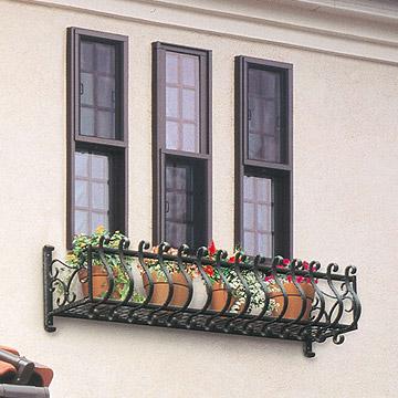 フラワーボックス 植木鉢やプランターなどを窓辺で楽しめるフラワーボックス。木目調の優しい色合いで建物全体の印象をより引き立たせます。