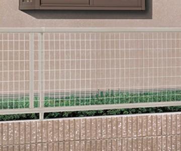 アルメッシュフェンス 生垣をめぐらせた外構を考えていても、敷地境界が樹木だけでは防犯面が心配。そんなときには、メッシュフェンスの設置がおすすめです。侵入者を防ぐ効果があり、さらに日当たりや風通しが良いので生垣の生育を妨げません。アルミ多段柱を使って目隠しタイプのフェンスと組み合わせ、高尺フェンスとしてもお使いいただけます。