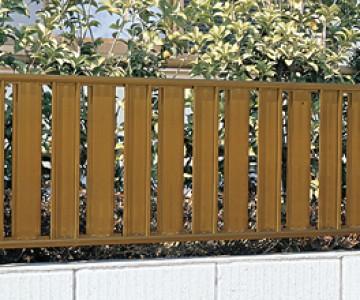 ハイミレーヌ/ハイミレーヌRフェンス 板塀風のデザインがどこか懐かしいハイミレーヌ。和風のお庭や植栽が引き立つ笠木を、オプションでご用意しました。角に丸みをつけ、たハイミレーヌRフェンスは、オータムブラウン色、シャイングレー色などが揃い、コンテンポラリー住宅にも似合うフェンスです。