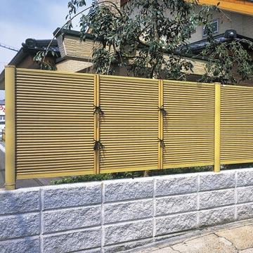 竹垣風フェンス「麗」シリーズ 庭の間仕切りにも使える和テイストの樹脂フェンス。風情の異なる3デザインをご用意。連なる竹をイメージしたデザインを基本に、風情の異なる3タイプをラインアップ。日本の粋な和の空間を演出します。さらに、目隠しを兼ねた飾りや店舗ディスプレイなどにもご利用できる〈3尺・両面タイプ〉もご用意しています。