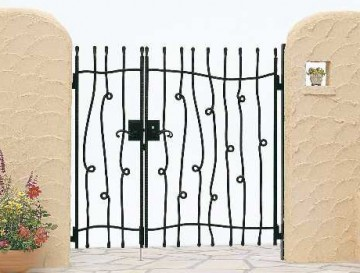 トラディシオン門扉シリーズ 伸びやかな曲線や伝統的な装飾の施された流麗なデザインの鋳物門扉。ロートアイアンの上質なハンマートーン仕上げ。