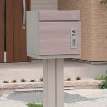ユニソン コルディア COLDIA 不在時でも宅配物を受け取ることができる宅配ポスト「コルディア80」専用のスタンド。正面・背面のアクセントライン意匠は、ポストカラーと同色をご用意しています。