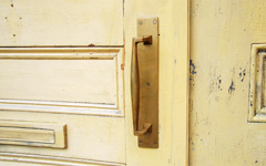 真鍮製ドアハンドル。左右非対称デザイン