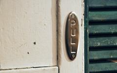 真鍮製アンティーク調ドアサイン。楕円形