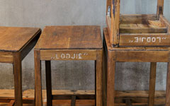 アンティークの無垢木製テーブル。