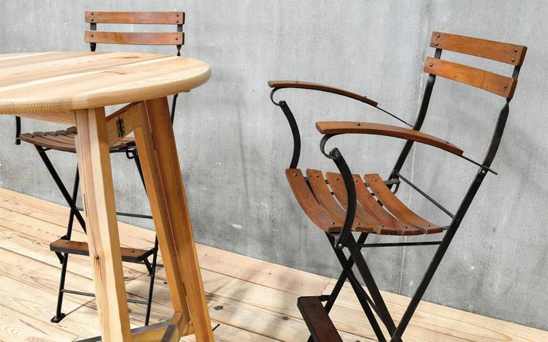 アンティークデザインの肘掛け付き折りたたみ高椅子。