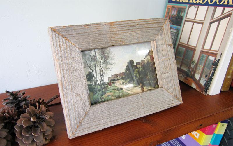 グレーの古材を使った木製額縁。ポストカードが飾れます。
