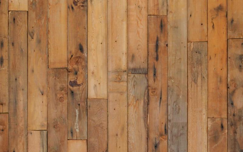 パイン系の無垢古材薄板。壁や腰板など内装や家具の材料に。